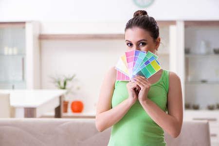 Photo pour Young beautiful woman doing renovation at home - image libre de droit