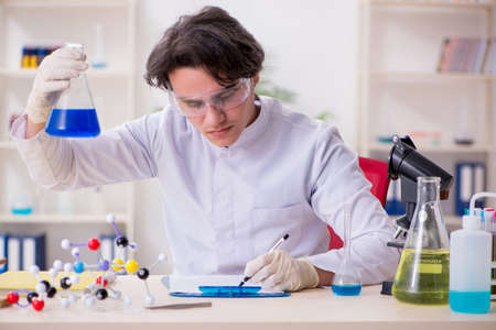Foto de Young male biochemist working in the lab - Imagen libre de derechos