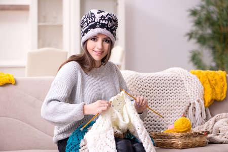 Photo pour Young beautiful woman knitting at home - image libre de droit