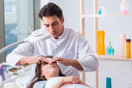 Photo pour Young woman visiting male doctor cosmetologist - image libre de droit