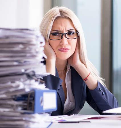 Foto de Busy businesswoman working in office at desk - Imagen libre de derechos