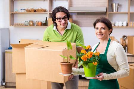 Photo pour Mother and son moving to new flat - image libre de droit