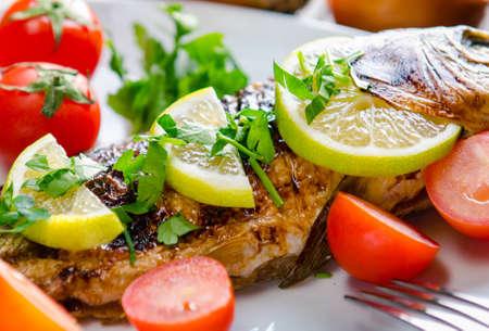 Photo pour Fried fish served on the plate - image libre de droit