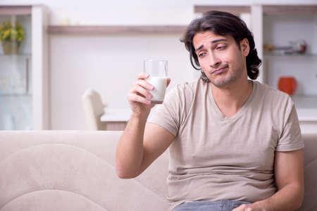 Photo pour Young man suffering from allergy - image libre de droit