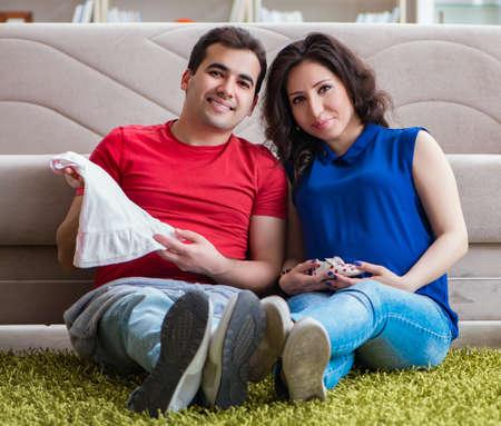 Photo pour Young couple family expecting a baby - image libre de droit