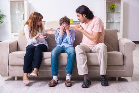 Photo pour Family conflict with husband and wife and child - image libre de droit