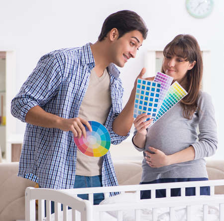 Photo pour The young parents expecting their first baby - image libre de droit