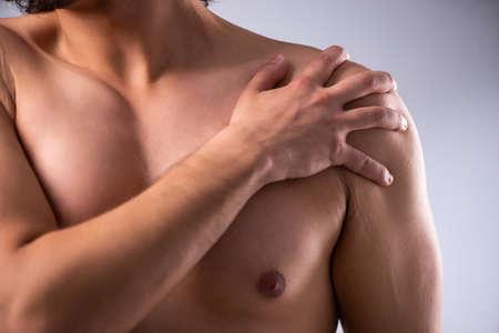 Photo pour Young man suffering from upper limb pain - image libre de droit