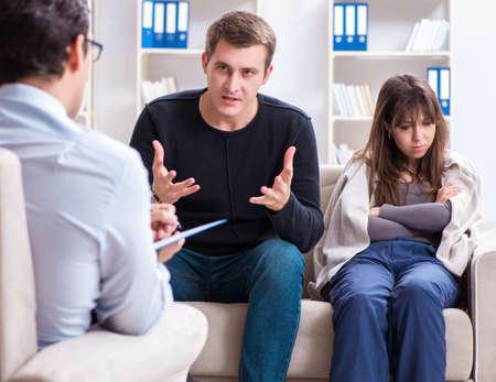 Photo pour Family visiting psychologist for family problem - image libre de droit