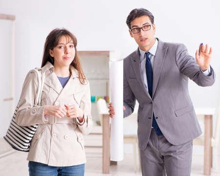 Photo pour Real estate agent showing new apartment property to client - image libre de droit