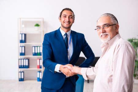 Photo pour Financial advisor giving retirement advice to old man - image libre de droit