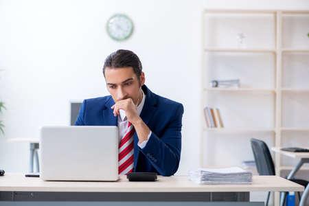 Photo pour Young male businessman sitting in the office - image libre de droit