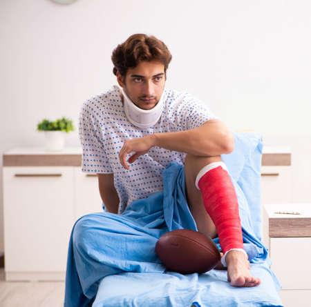 Photo pour Injured man waiting treatment in the hospital - image libre de droit