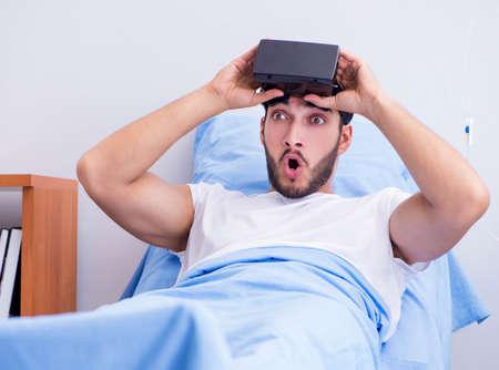 Photo pour Patient in the hospital with VR glasses headset - image libre de droit