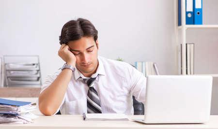 Photo pour Young handsome businessman working in office - image libre de droit