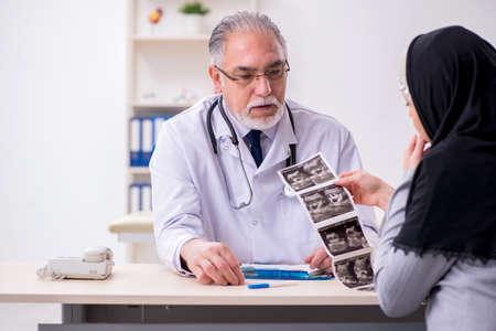 Photo pour Arab woman visiting experienced doctor - image libre de droit