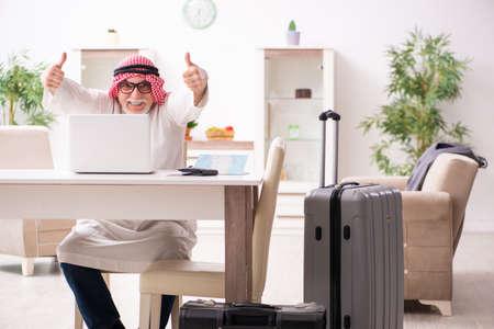 Photo pour Old arab businessman preparing for business trip - image libre de droit