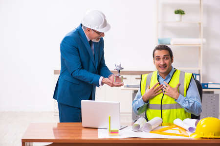 Photo pour Two male architects working in the office - image libre de droit