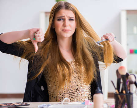 Photo pour Young woman frustrated at her messy hair - image libre de droit