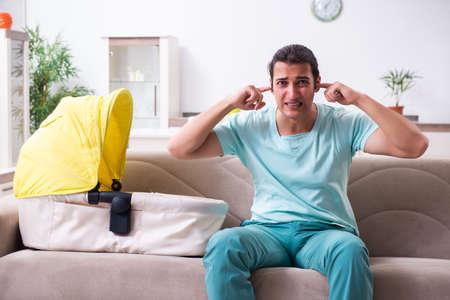 Photo pour Young male parent looking after newborn at home - image libre de droit