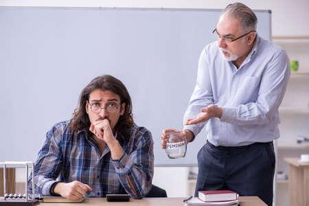 Photo pour Two employees in retirement concept - image libre de droit