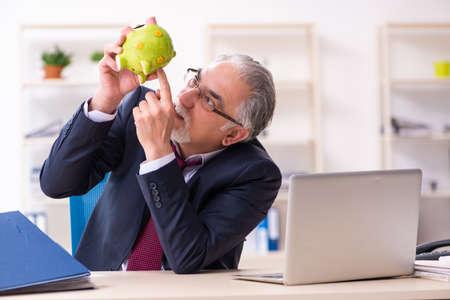 Photo pour Old businessman employee in bankruptcy concept - image libre de droit