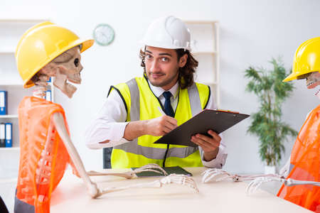 Photo pour Funny construction business meeting with boss and skeletons - image libre de droit