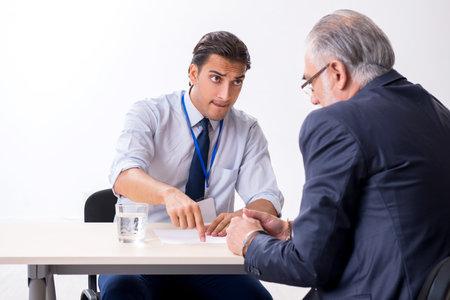 Foto de Old businessman meeting with advocate in pre-trial detention - Imagen libre de derechos