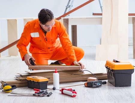 Photo pour Contractor working on laminate wooden floor - image libre de droit