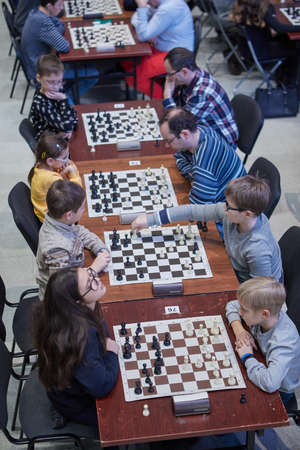 Photo pour St. Petersburg, Russia - December 29, 2018: People playing chess in the Exhibition Hall Manege during World Rapid and Blitz Championships. Mass competitions aimed to popularize chess - image libre de droit