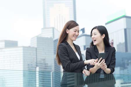 Foto de Asian business women talking to each other in Hong Kong, Asia. - Imagen libre de derechos