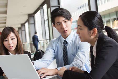 Photo pour Asian business team in the city. - image libre de droit