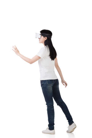 Photo pour Woman using the virtual reality headset - image libre de droit