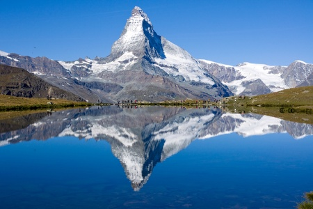 Foto de Tourists in front of the Matterhorn - Imagen libre de derechos