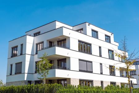 Foto de White modern townhouses lakes in Berlin, Germany - Imagen libre de derechos
