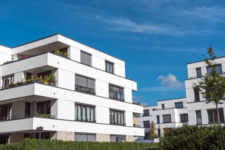 Foto de New white townhouses in front of a blue sky lake in Berlin, Germany - Imagen libre de derechos