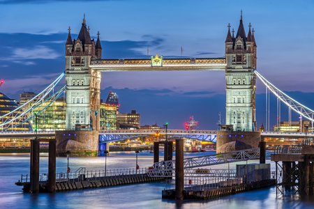Photo pour The famous illuminated Tower Bridge at London at night - image libre de droit