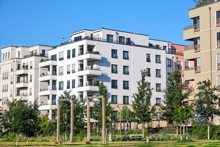 Photo pour Modern apartment houses with a green park lake in Berlin, Germany - image libre de droit