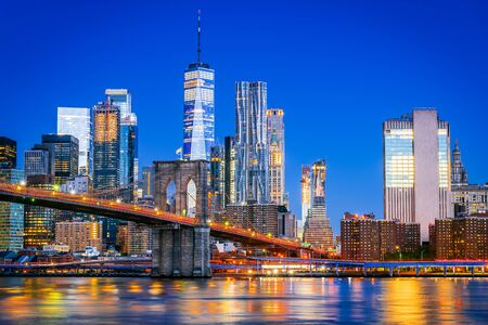 Photo pour New York, United States of America. Brooklyn Bridge at dusk viewed from the Brooklyn Bridge Park in New York City, USA. - image libre de droit
