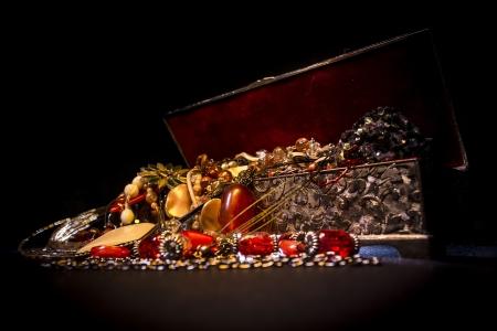 Photo pour Silver treasure box in the dark, full of necklaces and jewelery - image libre de droit