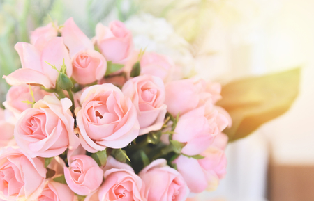 Photo pour pink rose flower / soft and light pink roses blooming spring bouquet on table blur background - image libre de droit