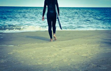Photo pour Vintage looking surfer and his board at the ocean - image libre de droit