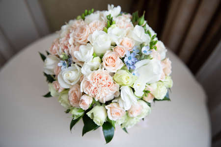 Photo pour Delicate wedding bouquet of white and pink roses.Delicate wedding bouquet of white and pink roses - image libre de droit