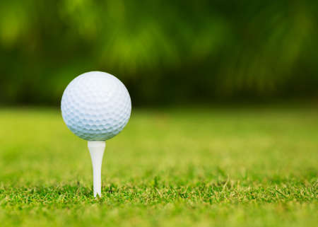 Foto de Close up view of golf ball on tee on golf course - Imagen libre de derechos