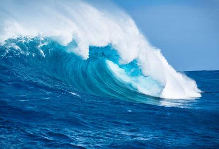 Photo pour Large Powerful Ocean Wave - image libre de droit