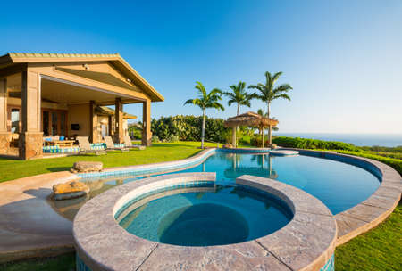 Photo pour Luxury home with swimming pool - image libre de droit