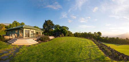 Photo pour Suburban home with garden and green grassy lawn - image libre de droit