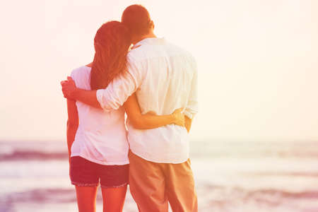 Foto de Happy Romantic Couple Enjoying Beautiful Sunset at the Beach - Imagen libre de derechos