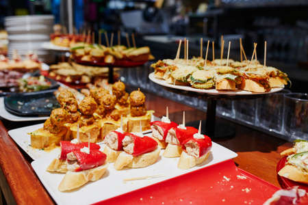 Photo pour Variety of pinchos (pintxos) in a bar of San Sebastian (Donostia), Spain - image libre de droit