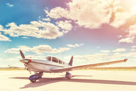 Photo pour Propeller plane parking at the airport. Sunny day. - image libre de droit